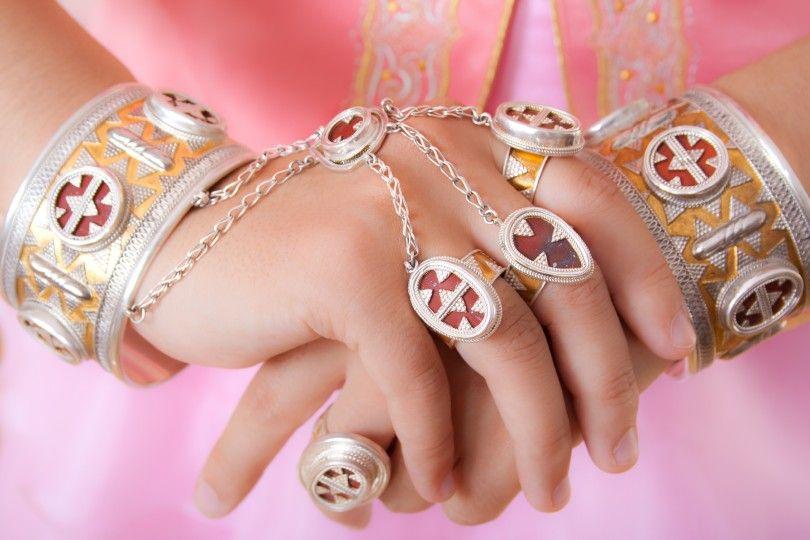руки казахские украшения девушка розовый
