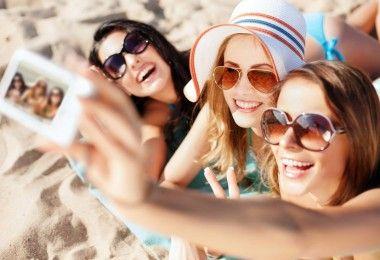 селфи психология улыбка девушки пляж